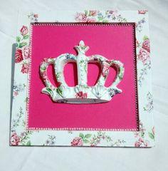 Quadro de coroa decorado com decoupage.