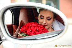 """""""A noiva Marília contando os minutos para entrar e enfim, dizer e ouvir o tão esperado SIM..."""" - #maelu2016 #noiva #bride #buque #bouquet #carro #espelho #mirror #fotojornalismocasamento #buffetmonteoliveto #fotografiacasamentosp #weddingphotography #wedding #novia #makeup #maquiagemnoiva"""