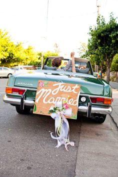 """Uma ótima pedida para aluguel de carros para casamento, se você gosta de raridades, é o Mercedez 280 SL. Um muscle car assim como o já familiar Mustang, o 280 SL tem um """"singelo"""" motor 6.3, pra tornar o caminho até o casamento uma aventura!"""