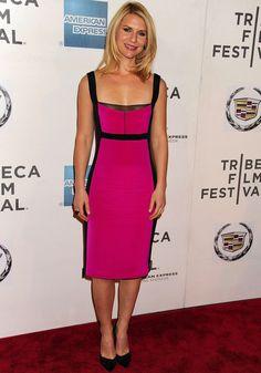 Nos encanta la forma en la que este ajustado vestido en negro y rosa define la silueta de Claire. Lo firma Narciso Rodríguez.