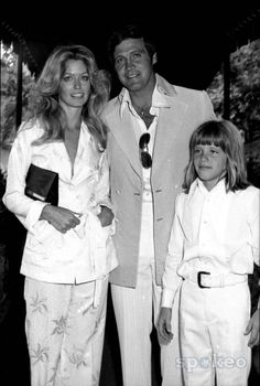 New Bride Farrah Fawcett with Lee Majors and Son 7/31/1973 #9502 Photo by Phil Roach/ipol/Globe Photos, Inc.