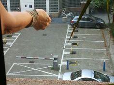 18.9.14  Op t werk hebben we 1 parkeerplaats, waarvan t hekje met n op afstand bedienbare sleutel omhoog of omlaag kan. Collega probeert t hekje omhoog te krijgen, dat lukt niet maar wel gaat n ander hekje naar beneden. Weird!