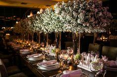 Mesa com decoração clássica composta por arranjos altos - Casamento Isabella Regis e André Guidi