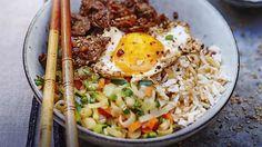 Bibimbap au bœuf                          ____________________________ Ingrédient : 4 effeuillés de; Charolais; 200 g de riz basmati cuit; 200 g de julienne de légumes Bio; 1 cuil. à soupe d'ail; 1 cuil. à soupe de gingembre; 1 cuil. à soupe de citronnelle; sauce soja; huile d'olive; huile de sésame; 2 oignons nouveaux; 4 cuil. à café de graines de sésame; 4 oeufs; 2 cuil. à soupe de sauce pimentée Sriracha