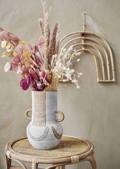 Spice up your wall met deze wandhanger van het merk Madam Stoltz! Deze wandhanger is naturel van kleur, waardoor je interieur direct die natuurlijke vibes krijgt waar je al zo lang naar op zoek bent. De wandhanger zal in iedere ruimte van je woning prachtig staan. Wacht daarom niet langer en breng deze wandhanger bij je thuis! White Vases, Terracotta, Dried Flowers, Home Accessories, Glass Vase, Table Decorations, Pink, Home Decor, October