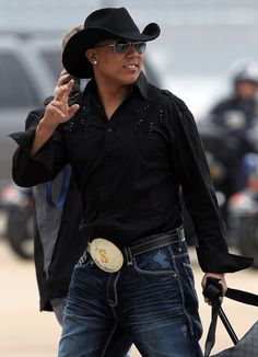 Steelers wide receiver Hines Ward shows off his best cowboy gear after arriving in Dallas. Pittsburgh Steelers Players, Pittsburgh Sports, Football Players, Football Team, Steelers Fans, Steelers Stuff, Dallas Cowboys, Black Cowboy Hat, Cowboy Hats