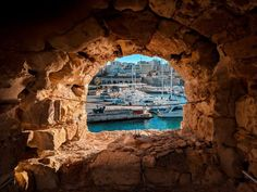 How to see the highlights of Heraklion in 24 hours; including the unmissable Palace of Knossos and where to find the most delicious custard pie ever. Crete Heraklion, Mount Rushmore, Places To Visit, Mountains, Cities, Custard, Palace, Travelling, Highlights