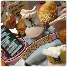 Buondì.... Non c'è null'altro da dire 🙀🙀🙀Moschino é pur sempre Moschino 💕💞💗 ... Anche quando provi ad imitarlo 📐✂️ #cinturaMoschino #colazione #sessaspecialcakes #fashion #breakfast#sessaspecialeventandcakes