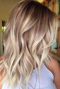 lange Ombre Haare weiße Bluse gekrauste Haare eine lässige Frisur
