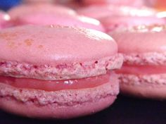 Strawberry Macarons with strawberry white chocolate ganache Strawberry Macarons Recipe, Macaroon Recipes, Desserts With Biscuits, Köstliche Desserts, French Desserts, Italian Pastries, French Pastries, Ganache Macaron, Paris Food