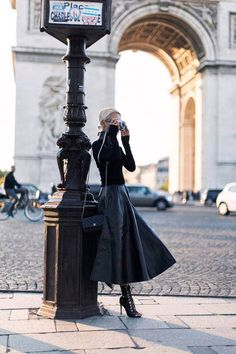 Trendy Leather Skirt Fall Outfits for Seasonal Stylistas Parisian Chic Leather Maxi Foto Fashion, Fashion Mode, Paris Fashion, Winter Fashion, Womens Fashion, Fashion Fashion, Fashion Black, Luxury Fashion, Mode Outfits