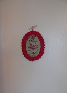 Cadre au crochet ovale rose fushia : Décorations murales par cotonetgourmandises