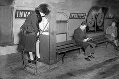 Paris me underground / Paris me fine bouche (de métro) Rien de plus normal que de se peser sur le quai du #métro parisien en 1947 / Nothing more normal than to weigh on the platform of the Paris metro in 1947  © Roger Viollet