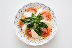 Is a nice caprese salad the best universal appetizer? Ensalada Caprese, Caprese Salad, Weight Loss Tea, Lose Weight, Hcg Diet Recipes, Healthy Recipes, Soup Recipes, Healthy Lunches, Snacks Recipes