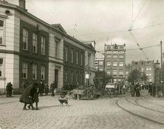 1914 Rapenburgerstraat  De straatkeien van de Rapenburgerstraat in Amsterdam gaan plaats maken voor asfalt.