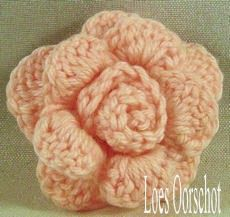 Hier is het patroon van de gehaakte roosjes uit mijn vorige bericht. Het roosje bestaat uit twee delen: de bloem en de knop. Het aparte ...