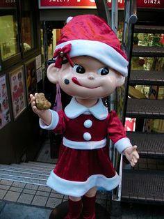 神楽坂の不二家名物「ペコちゃん焼き」を持つ、 サンタ衣装のペコちゃん