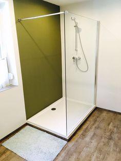 Fugenlose Wandverspachtelung in zwei Farben mit Designbelags-Fußboden. Vorher war eine Eckbadewanne da. #dusche #badezimmer #fugenlos Oversized Mirror, Shower, Furniture, Home Decor, Shower Bathroom, Bathing, Rain Shower Heads, Decoration Home, Room Decor