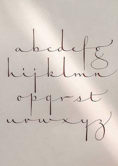 Creative Lettering, Lettering Styles, Lettering Design, Calligraphy Handwriting, Calligraphy Alphabet, Penmanship, Journal Fonts, Hand Lettering Alphabet, Hand Lettering Tutorial