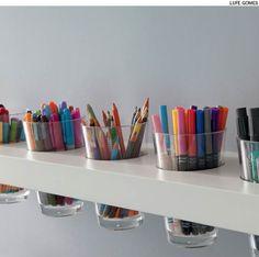 No escritório, os lápis e canetas podem ficar em copos encaixados na prateleira…
