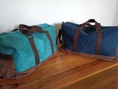 Duo de sacs weekend Boston en suédine bleue et simili vieilli cousus par Elodie - Patron Sacôtin