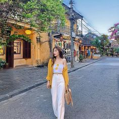 Image may contain: one or more people, people standing and outdoors Informations About Linh Hương Tr Korean Girl Fashion, Korean Fashion Trends, Korean Street Fashion, Ulzzang Fashion, Asian Fashion, Korean Casual Outfits, Cute Casual Outfits, Pretty Outfits, Fashion Photography Poses
