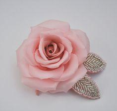 Einzigartige Seidenrose für das Haar oder als Anstecker. Die Blume ist aus 100% Satinseide gefertigt. Jede einzelne Blüte ist liebevoll zusammengesteckt worden. Wunderschönes Accessoire für einen...