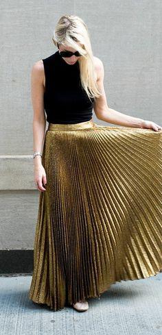 jupe longue plissée doré. top femme noir cheveux blonds                                                                                                                                                                                 Plus