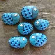 Kids love painting stones  - I know I did as a kid - how cute are this family of fish.