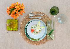 """Simplicidade e frescor no almoço O momento pede informalidade, cores alegres e texturas gostosas ao toque.""""Para um ar mais despojado, brinque com copos diferentes e use os temperos do menu na decoração"""" Chris Ayrosa, decoradora."""