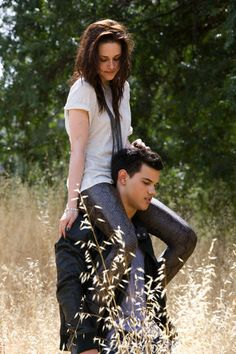 "Kristen Stewart & Taylor Lautner EW photoshoot - Kristen Stewart and Taylor Lautner in a photo shoot for ""Entertainment Weekly"" magazine aug 200 - Jacob Black Twilight, Twilight Quotes, Twilight Saga Series, Twilight Cast, Twilight Pictures, Twilight Movie, Twilight Renesmee, Edward Cullen, Bella Und Edward"