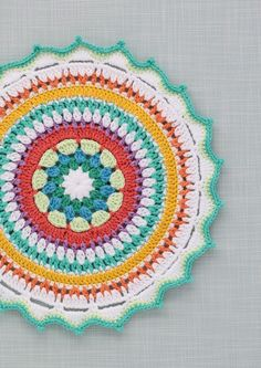 DIY: colourful crochet mandala
