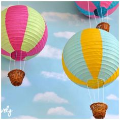 Paper lantern hot air balloons make beautiful party or home decorations and are so easy to make! Learn how to make your own paper lantern hot air balloons! Hot Air Balloon Paper, Diy Hot Air Balloons, Hot Air Balloon Classroom Theme, Classroom Themes, Diy Nursery Decor, Nursery Room, Air Ballon, Diy Papier, Paper Lanterns