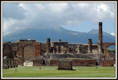Pompei. Forum.   L'architecture de Pompéi De nombreuses fontaines jalonnaient la ville. On en a retrouvé plus de quarante. L'approvisionnement en eau était assuré par des puits profonds et par un aqueduc, construit sous le règne d'Auguste.  Cette ville comptait deux forums : sur ces places qui étaient le cœur de la vie publique, les gens se réunissaient.