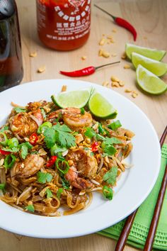 Recette de Pad Thai Stir-fried shrimp and rice noodles in a tasty sweet, salty, sour and spicy sauce topped with roasted peanuts. Think Food, I Love Food, Food For Thought, Good Food, Yummy Food, Tasty, Seafood Recipes, Chicken Recipes, Cooking Recipes