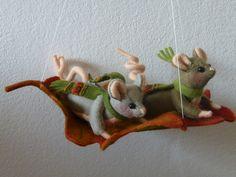 Okke en doppemuis 2 muisjes vliegen op een groot blad naar beneden. gemaakt van vilt compleet pakket