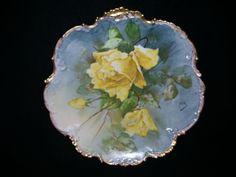 """Ozdobený Plainemaison 12 ¼ palca Limoges nabíjačka s žltých ruží, Artist podpísané """"Felix"""""""