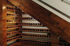 Bodega. Cuando uno es aficionado al buen vino, normalmente no se dispone de espacio suficiente para almacenar todas las botellas que queremos tener en nuestra cocina. Aprovechar el espacio debajo de la escalera es una buena solución. #Reformas #PlanReforma #Escaleras