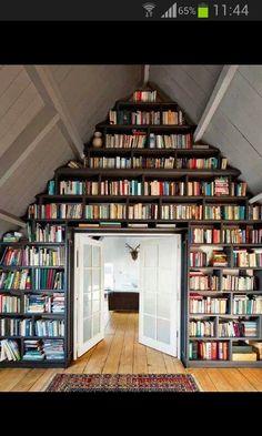 Bücherregal unter Dach