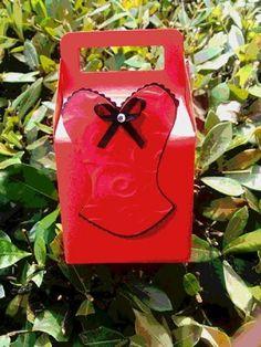 Caixinha com aplique de corpetinho Amor no Papel, para mimar suas convidadas. Suuuuper fofas!   Podem ser produzidas em diversas combinações de cores.  Toda a linha personalizada em scrapbook corpetinhos Amor no Papel, personalizada em scrapbook  você encontra em http://www.elo7.com.br/cha-de-lingerie/al/47B93 R$ 4,50