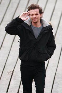 Louis ahhhhhh! He shaved!