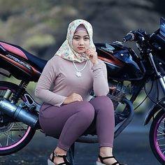 Girls In Leggings, Girls Jeans, Myanmar Women, Muslim Beauty, Hijab Chic, Girl Hijab, Lady Biker, Muslim Girls, Beautiful Hijab