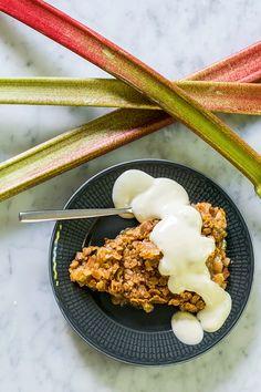 Knäckig rabarberpaj alltså – finns det något godare? Den här rabarberpajen skiljer sig markant från en smulpaj, det är mer en rabarberpaj med krämig fyllning somsamtidigt har ett knäckigt täcke... No Bake Desserts, Just Desserts, Cake Recipes, Dessert Recipes, Food Porn, Bagan, Best Sweets, Swedish Recipes, Dessert For Dinner
