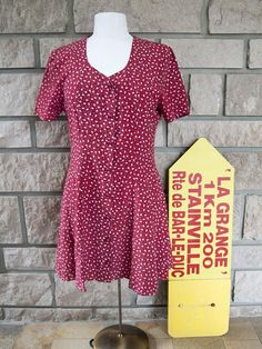 Vintage floral dress. This red dress with short sleeves will give you a beautiful retro look! Renatto Bene brand. #vintagefashion #vintagestyle #womensfashion #womenswear #floraldress #reddress #dress #retro #sundress #summerdresses Beautiful retro sundress for the summer!