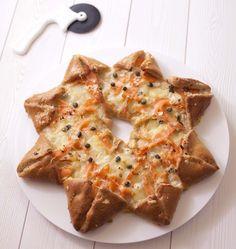 Vous allez craquer pour cette pizza en forme d'étoile des neiges. C'est une idée que j'adore, piochée sur le blog de Dorian. Garnie de saumon fumé, pommes de terre et mozzarella, vous pouvez y mettre ce que vous voulez : sauce tomate, jambon, champignons, olives....