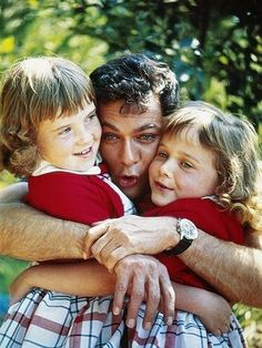 Tony Curtis with his daughters Jamie and Kelly
