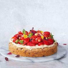 Nøddekage med kaffeskum og jordbær - Pilens Køkken Single Layer Cakes, Pastry Cake, Cream Pie, Marzipan, Cakes And More, Cake Cookies, Food Inspiration, Tiramisu, Mousse