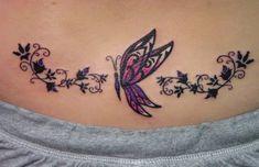 papillon et fleur tatouage femme bas du dos