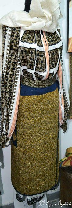 Folk Embroidery, Embroidery Stitches, Folk Costume, Costumes, Folk Clothing, Moldova, Eastern Europe, Traditional Outfits, Folk Art
