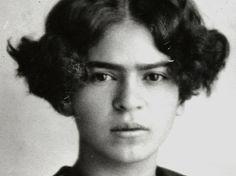 907 yılında Mexico City'nin güneyindeki Coyoacan'da, Macar Yahudisi fotoğrafçı Wilhelm Kahlo ve Kızılderili asıllı Matilde Calderon Gonzales'in dört kızından üçüncüsü olarak dünyaya geldi.